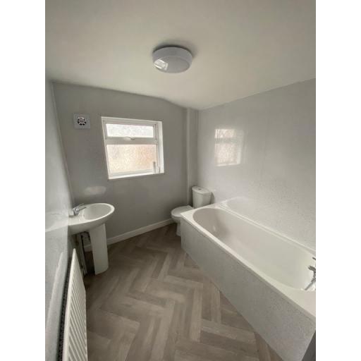 31 Dale Street bathroom.jpg